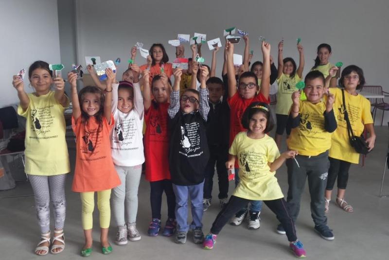 Bambini ad Orani con la maglietta di Grazia Deledda della Manifestazione