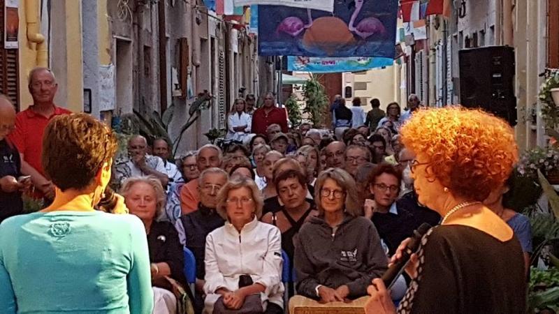 Carloforte, Maria Rosa Cutrufelli, a destra nella foto, davanti al suo pubblico