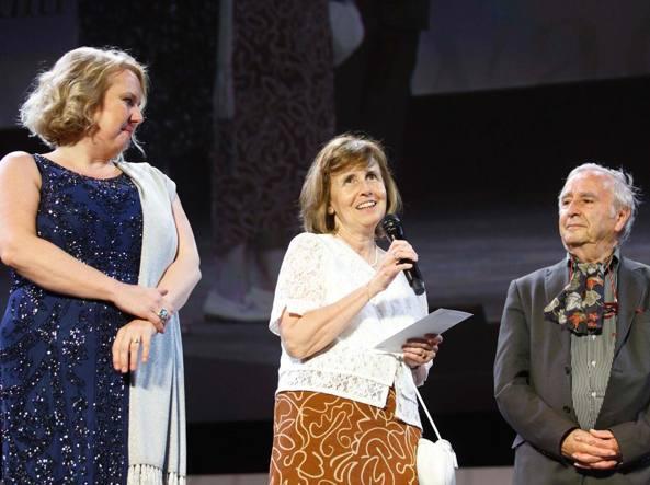 Il prof. Natale A.Rossi consegna il premio alla traduttrice Ada Vigliani