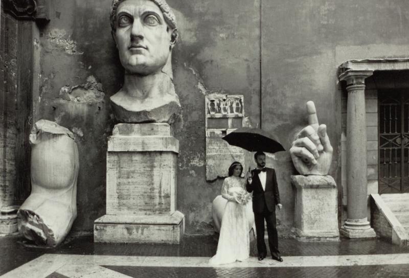 Gianni Berengo Gardin (1930) Sposi nel cortile di palazzo dei Conservatori, 1986 stampa ai sali d'argento su carta baritata, AFM 2318