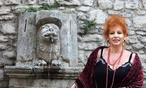 Anna Manna davanti alla famosa fontana di Spoleto