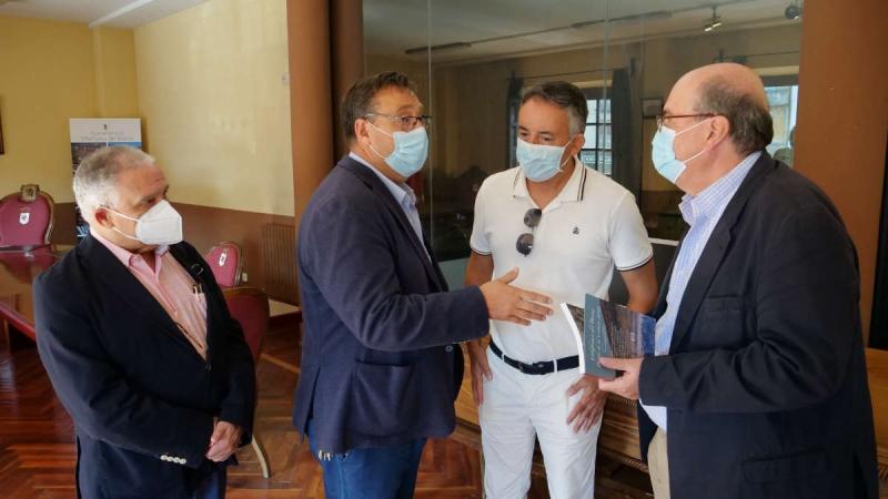 Dopo la Conferenza stampa, a sin. Angel Basanta, centrale in bianco Manuel Angel Morales