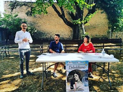 Nuoro, Giardino della casa Museo G.Deledda, in piedi: Graziano Siotto, al tavolo: Simone Ciferni e Neria De Giovanni